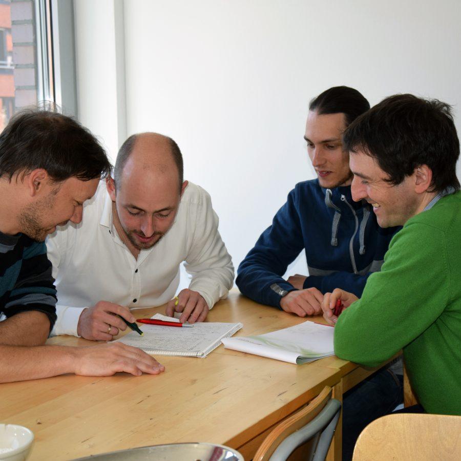 Mitarbeiter Univention besprechen Projekt