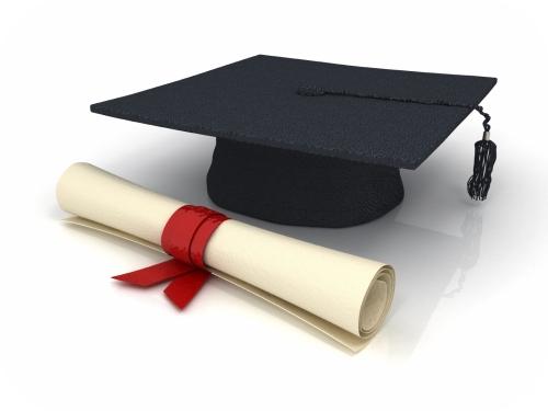 Hut Schulabschluss und Papierrolle
