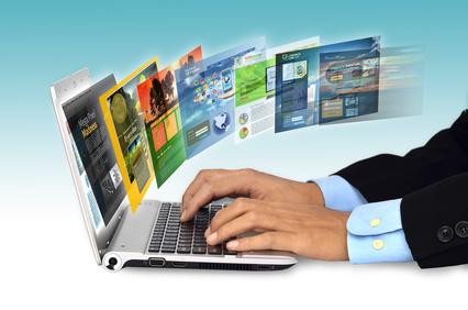 Hände auf Tastatur vom Laptop während viele Internetseiten geöffnet sind