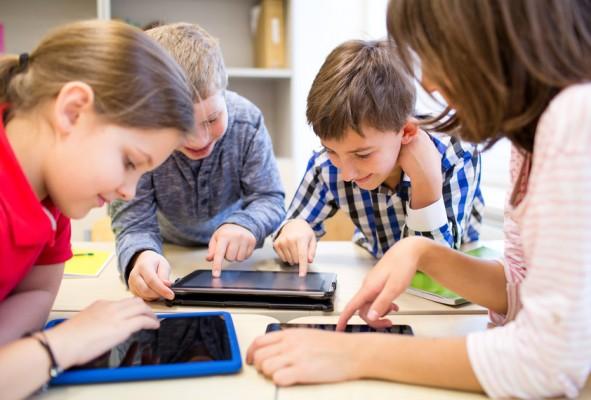 Schüler und Lehrerin lernen mithilfe von Tablets