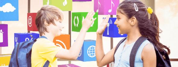 zwei Schulkinder klatschen sich ab